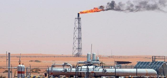 النفط مصدر الثروة شبه الوحيد للسعودية .
